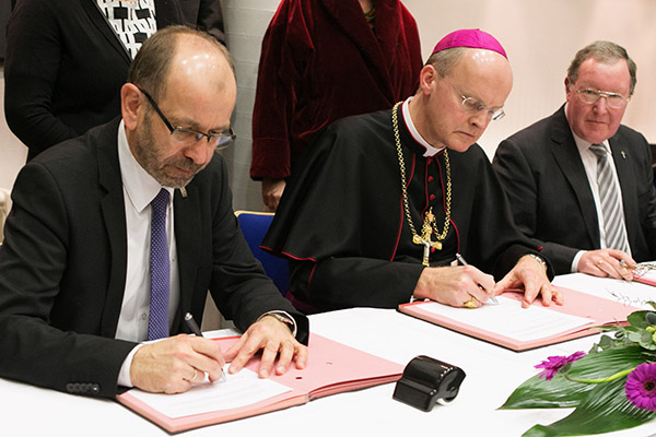 Signing the joint declaration: President Manfred Rekowski (Düsseldorf), Bishop Dr Franz-Josef Overbeck and  Vice President Albert Henz (Bielefeld).